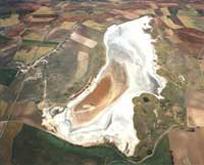 Salt deposits around the seasonal water areas around Tírez lake
